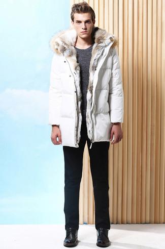 Cómo combinar: zapatos derby de cuero negros, pantalón chino negro, jersey con cuello circular en gris oscuro, abrigo de plumón blanco