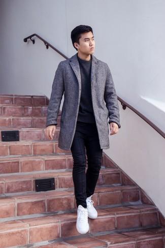 Combinar un jersey con cuello circular en gris oscuro: Para crear una apariencia para un almuerzo con amigos en el fin de semana equípate un jersey con cuello circular en gris oscuro con un pantalón chino negro. Si no quieres vestir totalmente formal, elige un par de tenis blancos.