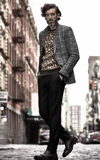 Combinar un blazer de lana a cuadros gris: Emparejar un blazer de lana a cuadros gris con un pantalón chino negro es una opción estupenda para un día en la oficina. ¿Te sientes valiente? Opta por un par de botines chelsea de cuero negros.