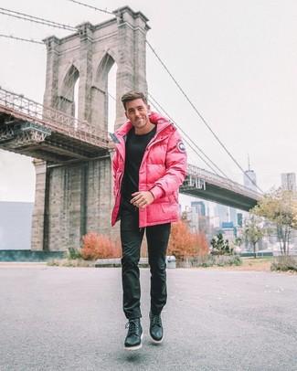 Cómo combinar: botas casual de cuero negras, pantalón chino negro, jersey con cuello circular negro, abrigo de plumón rosa