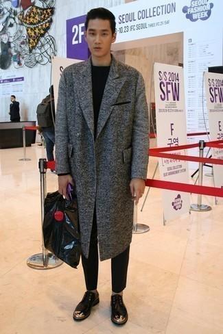 Unos zapatos derby de vestir con un pantalón chino negro: Intenta ponerse un abrigo largo gris y un pantalón chino negro para después del trabajo. ¿Te sientes valiente? Complementa tu atuendo con zapatos derby.