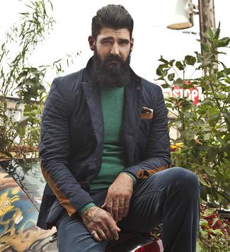 Cómo combinar: pañuelo de bolsillo estampado negro, pantalón chino negro, jersey con cuello circular verde, blazer acolchado negro