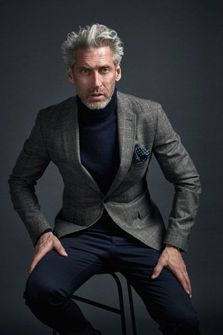 Cómo combinar: pañuelo de bolsillo a lunares azul marino, pantalón chino negro, jersey de cuello alto azul marino, blazer de lana a cuadros gris