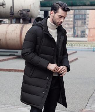 Cómo combinar: pantalón chino negro, jersey de cuello alto blanco, abrigo de plumón negro