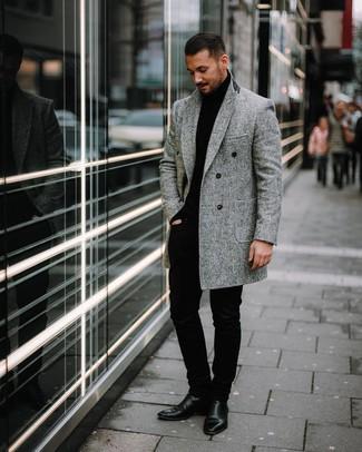 Cómo combinar: botines chelsea de cuero negros, pantalón chino negro, jersey de cuello alto negro, abrigo largo de espiguilla gris