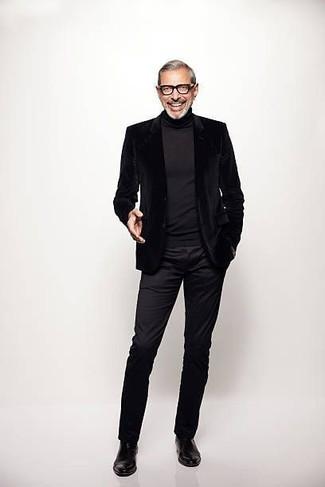 Cómo combinar: botines chelsea de cuero negros, pantalón chino negro, jersey de cuello alto negro, blazer de terciopelo negro