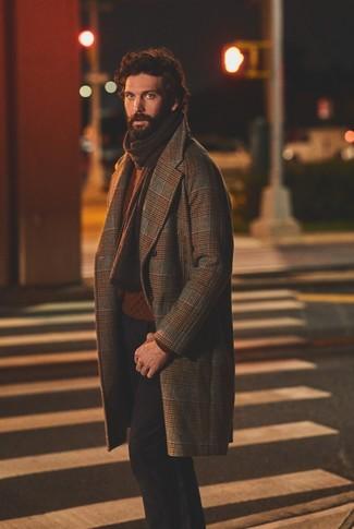 Combinar un abrigo largo de tartán marrón: Si buscas un look en tendencia pero clásico, empareja un abrigo largo de tartán marrón junto a un pantalón chino negro.