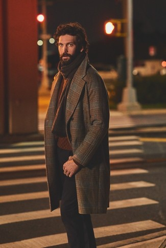 Cómo combinar: bufanda de punto en marrón oscuro, pantalón chino negro, jersey de ochos en tabaco, abrigo largo de tartán marrón
