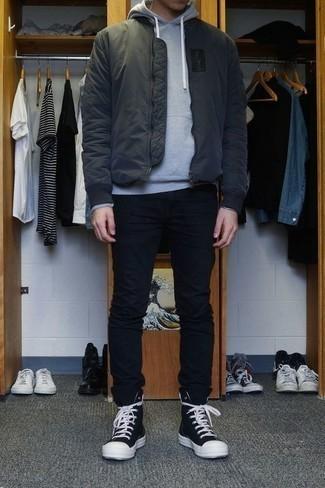 Combinar una cazadora de aviador en gris oscuro: Para un atuendo que esté lleno de caracter y personalidad equípate una cazadora de aviador en gris oscuro junto a un pantalón chino negro. Si no quieres vestir totalmente formal, complementa tu atuendo con zapatillas altas de lona en negro y blanco.
