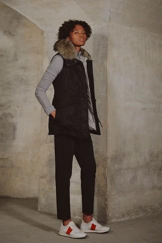 Cómo combinar: deportivas blancas, pantalón chino negro, sudadera gris, chaqueta sin mangas negra