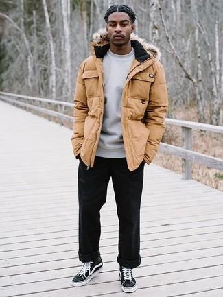 Combinar una sudadera gris en otoño 2020: Casa una sudadera gris con un pantalón chino negro para un look diario sin parecer demasiado arreglada. ¿Quieres elegir un zapato informal? Haz zapatillas altas de lona en negro y blanco tu calzado para el día. Este look es una solución estupenda si tu buscas un look otoñal.