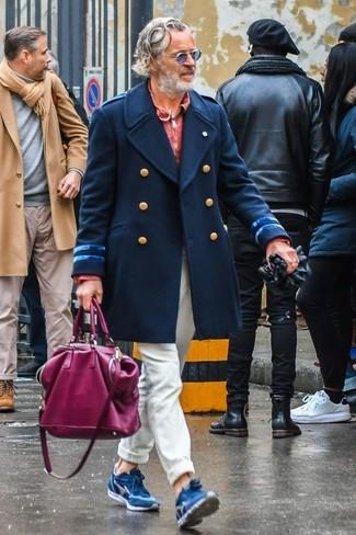 Cómo combinar: deportivas de ante azules, pantalón chino en beige, polo de manga larga rojo, abrigo largo azul marino