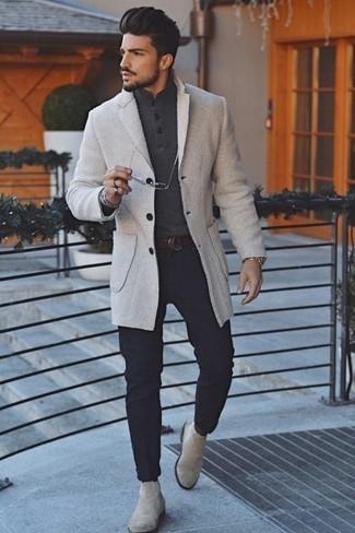 Combinar unos botines chelsea de ante en beige: Equípate un abrigo largo en beige con un pantalón chino azul marino para lograr un look de vestir pero no muy formal. ¿Te sientes valiente? Haz botines chelsea de ante en beige tu calzado.