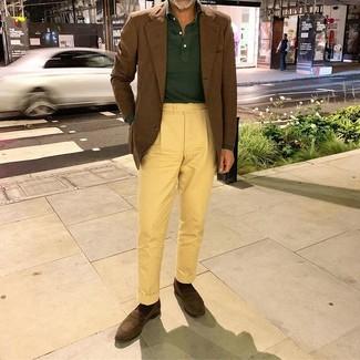 Cómo combinar: mocasín de ante en marrón oscuro, pantalón chino amarillo, polo de manga larga verde oscuro, blazer marrón