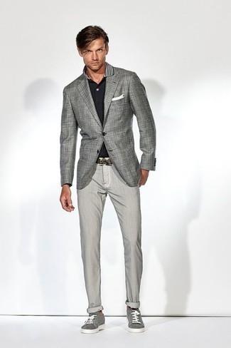 Combinar unos tenis de lona grises: Si buscas un look en tendencia pero clásico, elige un blazer a cuadros gris y un pantalón chino gris. ¿Quieres elegir un zapato informal? Elige un par de tenis de lona grises para el día.