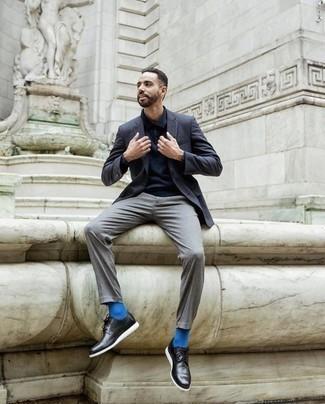 Combinar unos zapatos derby de cuero negros: Emparejar un blazer azul marino junto a un pantalón chino gris es una opción práctica para un día en la oficina. Elige un par de zapatos derby de cuero negros para mostrar tu inteligencia sartorial.