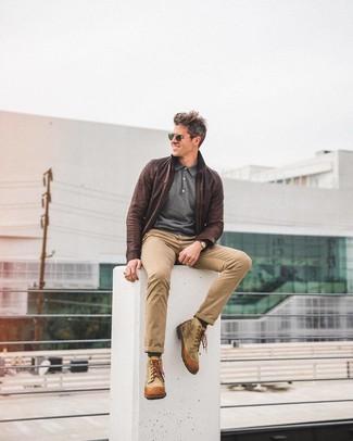 Look de moda: Botas casual de lona marrón claro, Pantalón chino marrón claro, Polo de manga larga en gris oscuro, Cazadora de aviador de cuero en marrón oscuro
