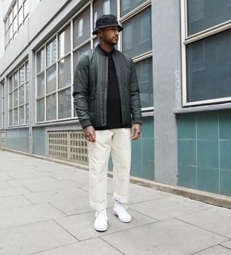 Outfits hombres: Opta por una cazadora de aviador acolchada verde oscuro y un pantalón chino blanco para lidiar sin esfuerzo con lo que sea que te traiga el día. ¿Quieres elegir un zapato informal? Complementa tu atuendo con zapatillas altas de lona blancas para el día.