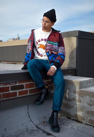Cómo combinar: botines chelsea de cuero negros, pantalón chino en verde azulado, sudadera estampada blanca, cazadora de aviador estampada en multicolor