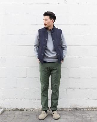 Combinar un chaleco de abrigo azul marino: Intenta ponerse un chaleco de abrigo azul marino y un pantalón chino verde oscuro para conseguir una apariencia relajada pero elegante. ¿Te sientes valiente? Opta por un par de mocasín de ante en beige.
