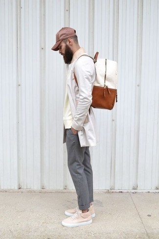 Combinar una gorra de béisbol burdeos: Un chubasquero blanco y una gorra de béisbol burdeos son una opción atractiva para el fin de semana. ¿Por qué no ponerse tenis de cuero rosados a la combinación para dar una sensación más clásica?