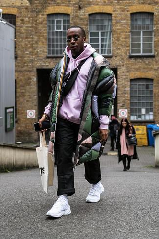 Cómo combinar: riñonera negra, pantalón chino negro, sudadera con capucha rosada, abrigo de plumón verde oscuro