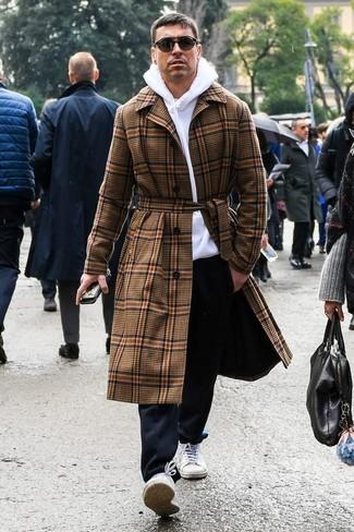 Cómo combinar: tenis de lona blancos, pantalón chino negro, sudadera con capucha blanca, abrigo largo de tartán marrón