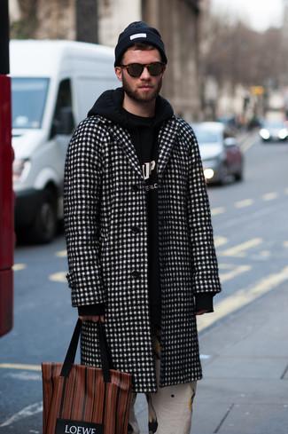 Cómo combinar: bolsa tote de cuero estampada marrón, pantalón chino estampado blanco, sudadera con capucha estampada en negro y blanco, abrigo largo a cuadros en negro y blanco