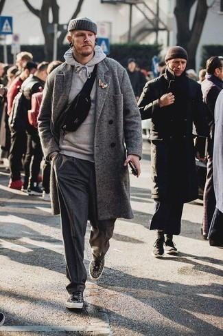 Combinar un pantalón chino de lana en gris oscuro: Si buscas un look en tendencia pero clásico, opta por un abrigo largo gris y un pantalón chino de lana en gris oscuro. ¿Quieres elegir un zapato informal? Usa un par de tenis de leopardo negros para el día.