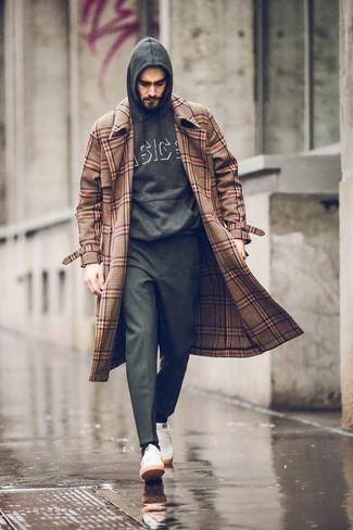 Combinar un pantalón chino verde oscuro: Si buscas un estilo adecuado y a la moda, utiliza un abrigo largo de tartán marrón y un pantalón chino verde oscuro. Haz este look más informal con tenis de lona blancos.