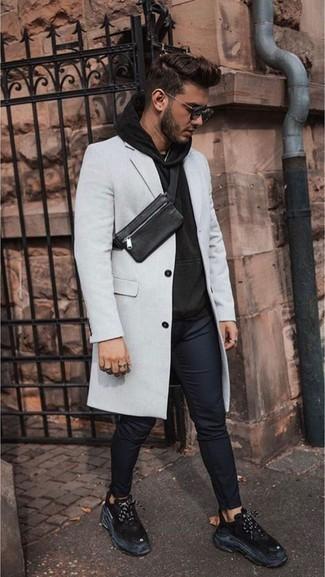Combinar unas deportivas negras: Elige un abrigo largo gris y un pantalón chino azul marino para un lindo look para el trabajo. ¿Quieres elegir un zapato informal? Complementa tu atuendo con deportivas negras para el día.