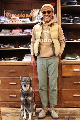 Cómo combinar: botas safari de ante grises, pantalón chino verde oliva, sudadera con capucha estampada marrón claro, chaleco de abrigo acolchado en beige