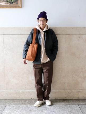Outfits hombres: Casa una chaqueta con cuello y botones verde oscuro con un pantalón chino marrón para conseguir una apariencia relajada pero elegante. ¿Quieres elegir un zapato informal? Complementa tu atuendo con tenis de lona blancos para el día.