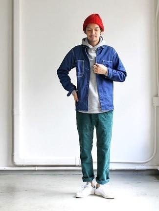 Cómo combinar: tenis de cuero blancos, pantalón chino en verde azulado, sudadera con capucha gris, chaqueta estilo camisa vaquera azul