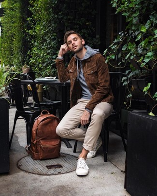 Combinar una chaqueta estilo camisa de ante marrón: Utiliza una chaqueta estilo camisa de ante marrón y un pantalón chino en beige para lograr un estilo informal elegante. ¿Quieres elegir un zapato informal? Completa tu atuendo con tenis de lona blancos para el día.