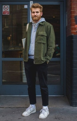 Combinar una bolsa tote de lona gris: Casa una chaqueta estilo camisa verde oscuro junto a una bolsa tote de lona gris para un look agradable de fin de semana. Tenis de cuero blancos añaden la elegancia necesaria ya que, de otra forma, es un look simple.