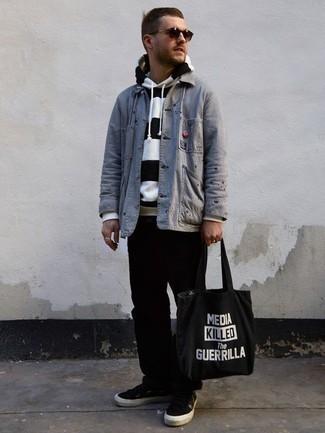 Combinar una chaqueta estilo camisa gris: Empareja una chaqueta estilo camisa gris con un pantalón chino negro para después del trabajo. ¿Quieres elegir un zapato informal? Usa un par de tenis de lona en negro y blanco para el día.