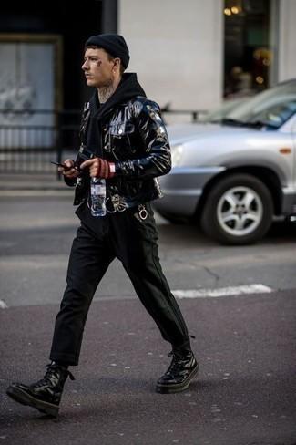 Combinar una chaqueta estilo camisa de cuero negra: Considera ponerse una chaqueta estilo camisa de cuero negra y un pantalón chino negro para lograr un estilo informal elegante. Botas de trabajo de cuero negras añaden un toque de personalidad al look.