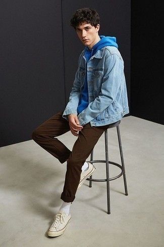 Combinar una sudadera con capucha azul: Considera ponerse una sudadera con capucha azul y un pantalón chino en marrón oscuro para conseguir una apariencia relajada pero elegante. Tenis de lona en beige son una opción estupenda para complementar tu atuendo.