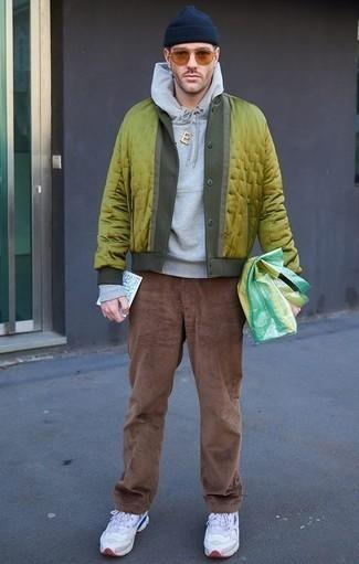 Combinar unas deportivas blancas: Para crear una apariencia para un almuerzo con amigos en el fin de semana usa una chaqueta varsity en amarillo verdoso y un pantalón chino de pana marrón. ¿Quieres elegir un zapato informal? Completa tu atuendo con deportivas blancas para el día.