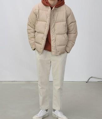 Combinar unos tenis de lona blancos: Casa un plumífero marrón claro junto a un pantalón chino en beige para crear un estilo informal elegante. Si no quieres vestir totalmente formal, opta por un par de tenis de lona blancos.
