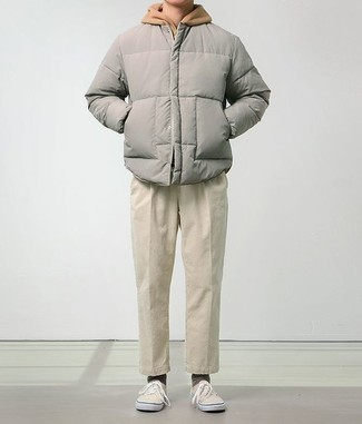 Combinar una sudadera con capucha marrón claro: Intenta combinar una sudadera con capucha marrón claro con un pantalón chino en beige para conseguir una apariencia relajada pero elegante. Tenis de lona en beige son una opción incomparable para complementar tu atuendo.