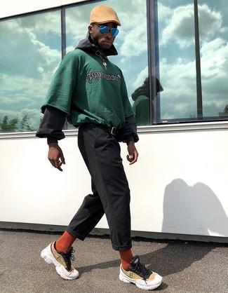 Cómo combinar: deportivas amarillas, pantalón chino negro, sudadera con capucha negra, sudadera estampada verde