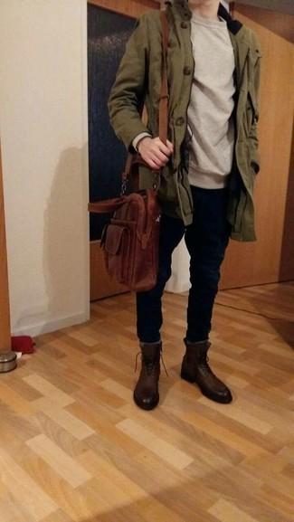 Outfits hombres en otoño 2020: Para un atuendo que esté lleno de caracter y personalidad intenta ponerse una parka verde oliva y un pantalón chino negro. Con el calzado, sé más clásico y completa tu atuendo con botas casual de cuero en marrón oscuro. ¿En busca de un atuendo apropriado para este otoño? No busque más.