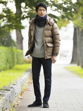 Cómo combinar: botas safari de ante negras, pantalón chino azul marino, sudadera gris, plumífero marrón claro
