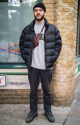 Combinar un plumífero negro: Si buscas un look en tendencia pero clásico, ponte un plumífero negro y un pantalón chino de rayas verticales azul marino. Si no quieres vestir totalmente formal, elige un par de deportivas en gris oscuro.