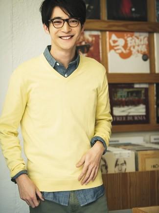 Cómo combinar: pantalón chino verde oliva, camisa de manga larga de cambray azul marino, jersey de pico amarillo