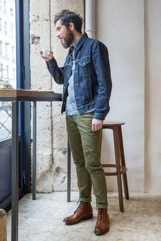 Combinar una chaqueta vaquera azul marino: Opta por una chaqueta vaquera azul marino y un pantalón chino verde oliva para cualquier sorpresa que haya en el día. Con el calzado, sé más clásico y haz botas casual de cuero marrónes tu calzado.