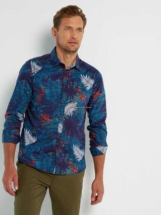 Cómo combinar: pantalón chino verde oliva, camisa de manga larga estampada azul marino