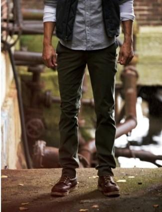 Combinar un chaleco de vestir en gris oscuro: Casa un chaleco de vestir en gris oscuro con un pantalón chino verde oliva para una apariencia clásica y elegante. ¿Quieres elegir un zapato informal? Completa tu atuendo con botas de trabajo de cuero en marrón oscuro para el día.